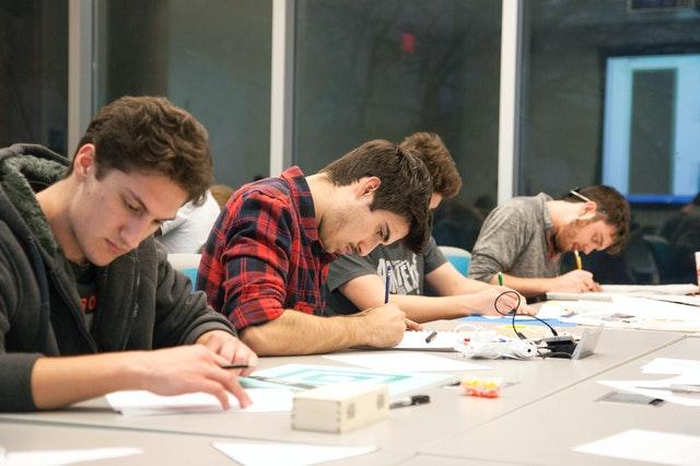 סטודנטים נעזרים בשירות כתיבת עבודה סמינריונית בתשלום