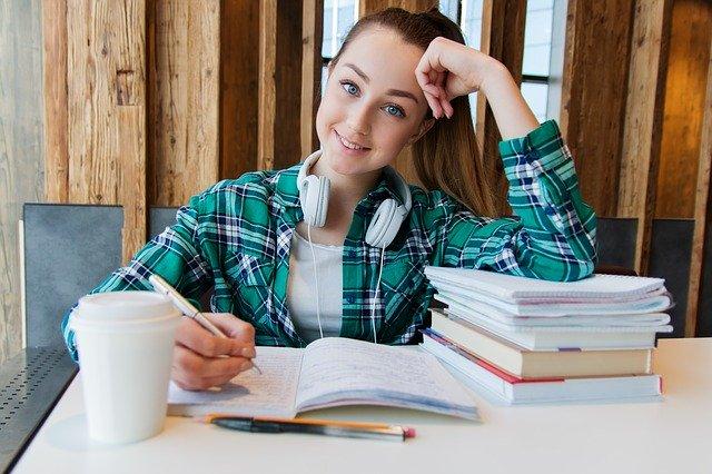 סטודנטית כותבת סמינריון בספריה