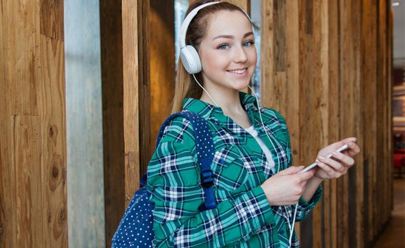 סטודנטית נעזרת בשירות כתיבת עבודה אקדמית בתשלום