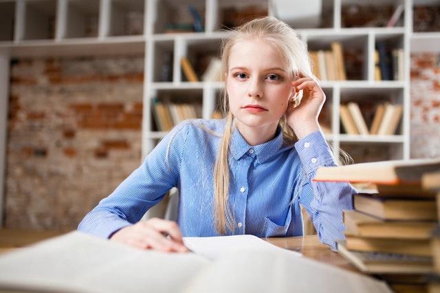 סטודנטית מבצעת מחקר איכותני