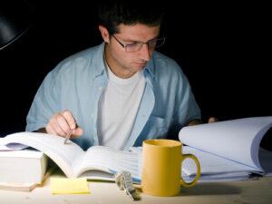 סטודנט כותב סמינריון