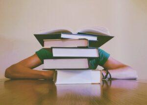 סטודנטית בודקת איך לסכם מאמר אקדמי