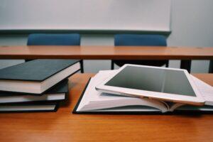סטודנט בודק איך כותבים סמינריון