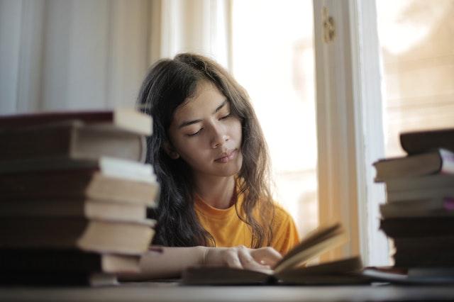 סטודנטית מכינה סמינריון בפסיכולוגיה