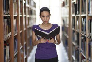 סטודנטית לומדת על כתיבת סמינריון בחינוך בלתי פורמלי
