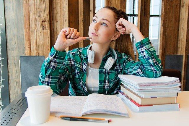 סטודנטית לומדת על סמינריון בתקשורת