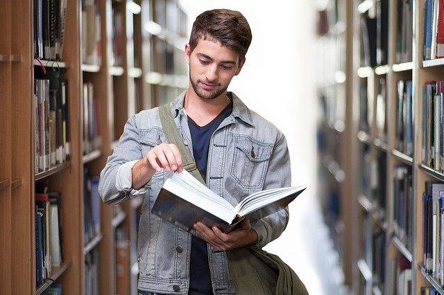 סטודנט קורא על סמינריון במנהל עסקים